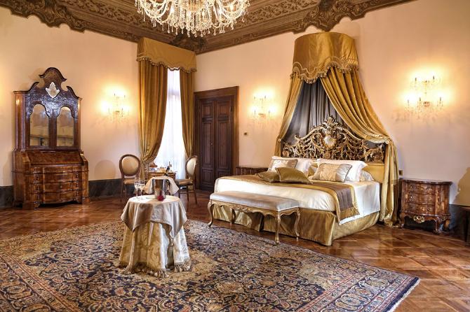 Brilliant Master Bedrooms in Italian Hotels for iSaloni 2016 master bedrooms Brilliant Master Bedrooms in Italian Hotels Suite by Hotel Ai Cavalieri 1