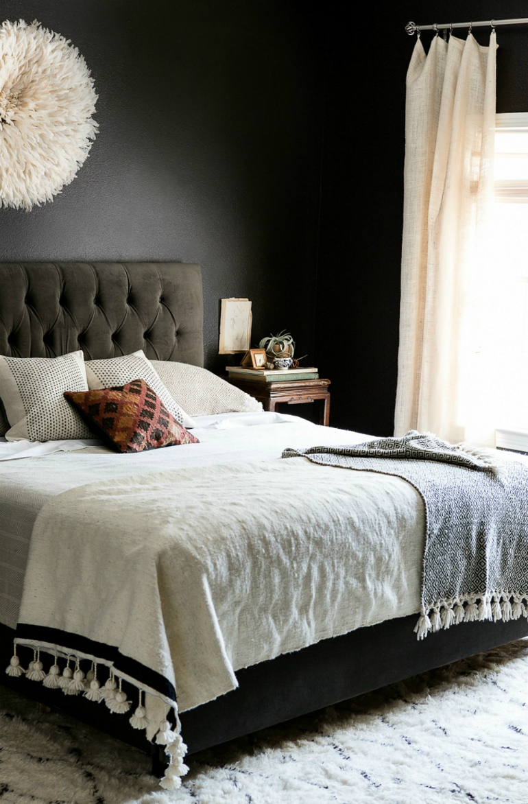 Stylish Black Bedrooms with Goth Glamour black bedrooms Stylish Black Bedrooms with Goth Glamour 2 4