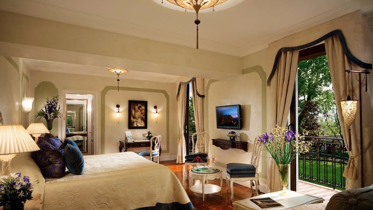 Top 10 bedrooms of italian luxury hotels master bedroom for Great small hotels italy