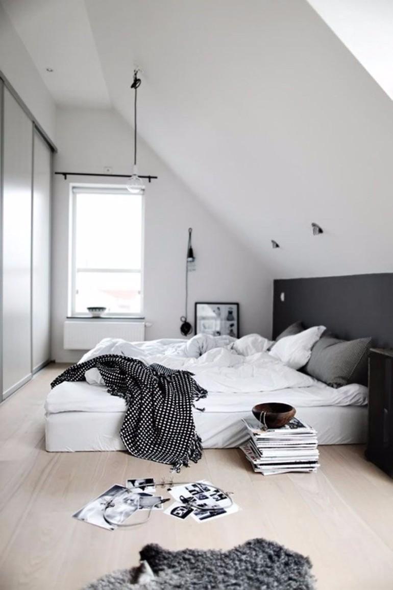 Black and White Bedroom Sleek and Modern Black and White Bedroom Ideas une tete de lit en sous bassement peint en noir 5338585