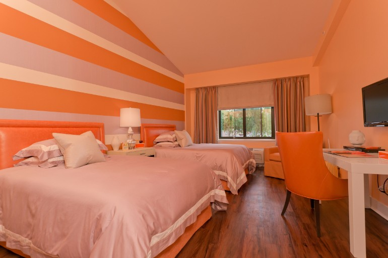 jamie drake Bedrooms by Top Interior Designers: Jamie Drake ronald mcdonald house suite james drake associates orange bedroom design 2 beds modern decor