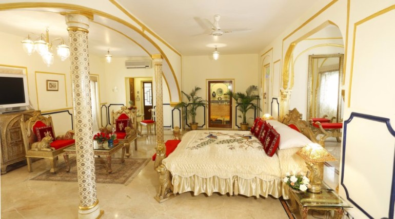 luxury hotel room 10 Sumptuous Luxury Hotel Room Designs Shahi Mahal Suite at Raj Palace luxurious hotel room modern bedroom ideas master bedroom design hotel rooms