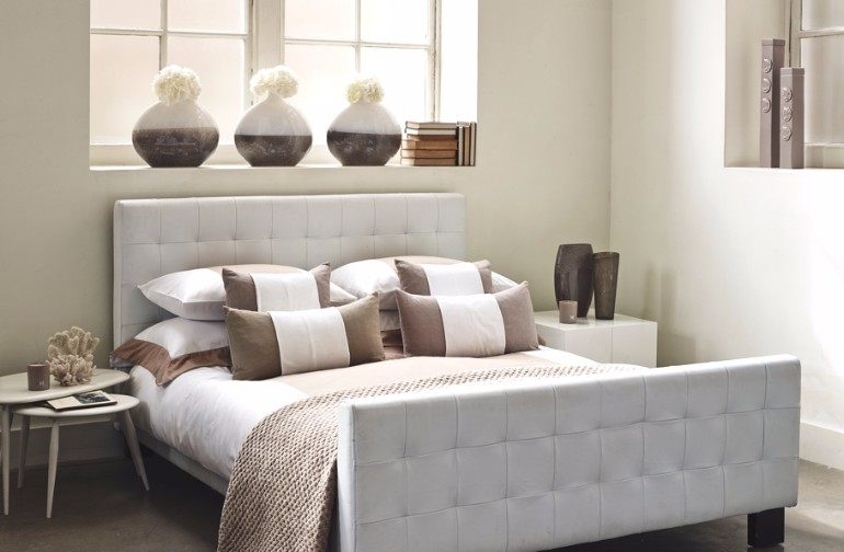 bedroom design Bedroom Designs by Top Interior Designers: Kelly Hoppen contemporary bedroom design by kelly hoppen white tones beautiful sculptures master bedroom design
