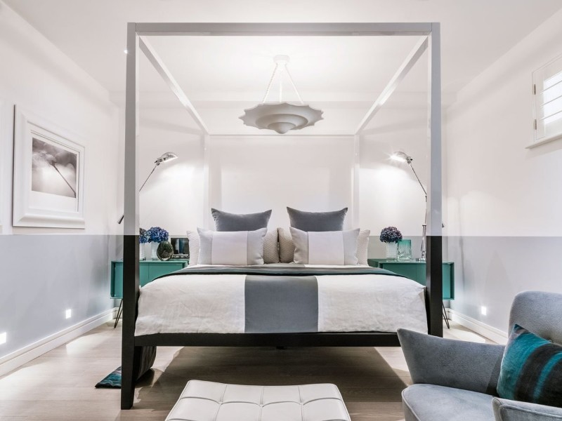 36 Master Bedrooms featured in Top design Magazines master bedroom 36 Master Bedrooms featured in Top design Magazines Modern bedroom with sleek canopy bed by Kelly Hoppen Interiors
