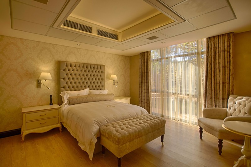 master bedroom 10 Master Bedrooms with Gold Accent Décor master bedroom gold accents modern master bedroom ideas bedroom design