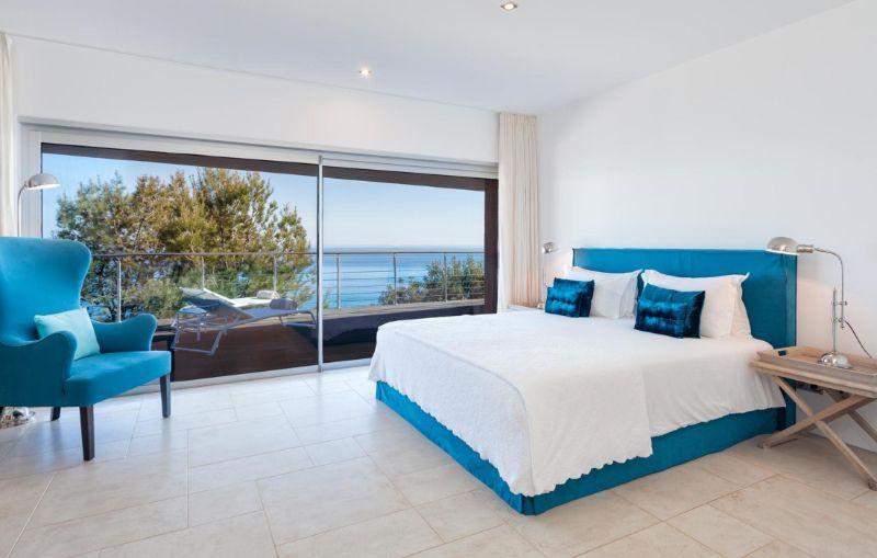 Vila Vita Hotel - A Luxury And Elegant Hotel In Portugal vila vita hotel Vila Vita Hotel – A Luxury And Elegant Hotel In Portugal salema villa mar azul bedroom1 1