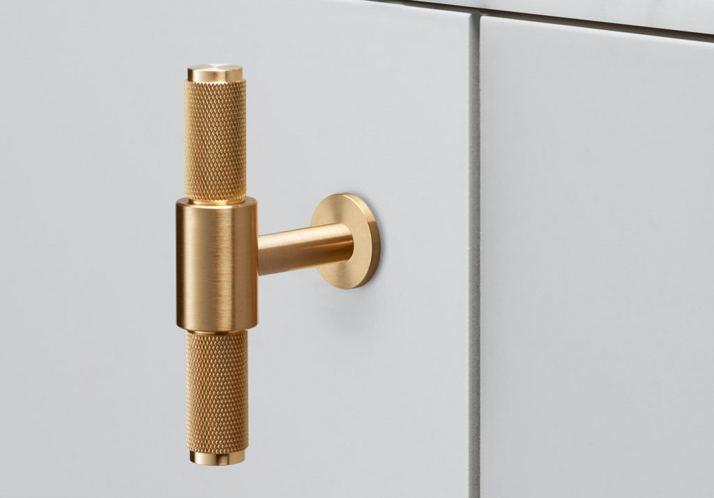 17 Luxury Handles to Transform Your Bedroom luxury handle 17 Luxury Handles to Transform Your Bedroom T Bar by Buster Punch 1024x714