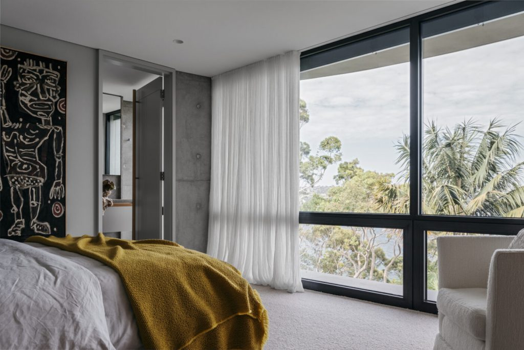 10 Luxury Bedrooms With Incredible Views luxury bedroom 10 Luxury Bedrooms With Incredible Views 180130 AP SLIPWAY HOUSE 0814 1 1399x933 1 1024x683
